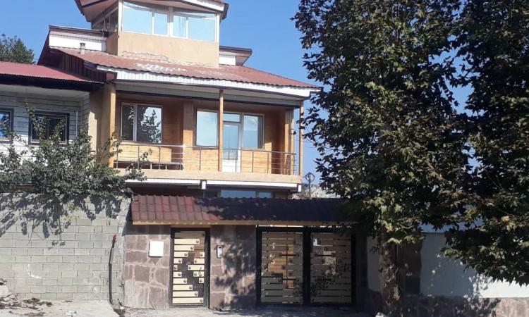 خانه مبله ییلاقی با چشم انداز کوهستانی